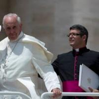 El Secretario personal de Bergoglio también es homosexual